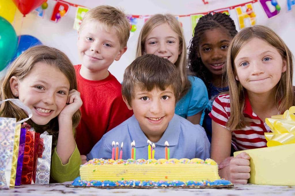 Enfants autour d'un gâteau d'anniversaire