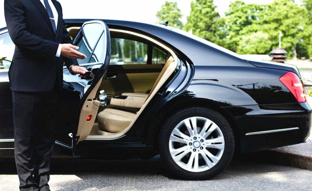 Chauffeurs ouvrant la portière de la voiture
