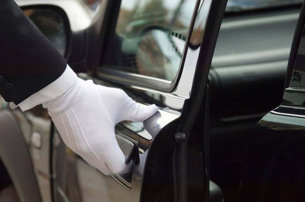 Chauffeur ouvrant la portière