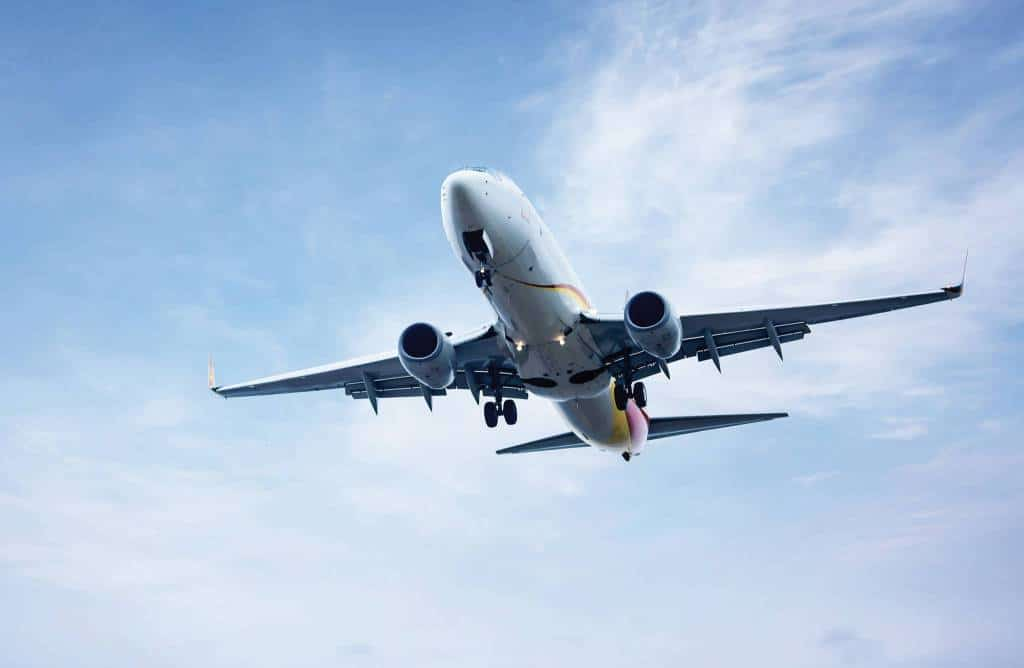 Avion qui décolle d'un aéroport